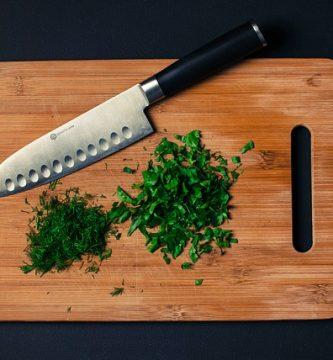 tabla y cuchillo de cocina
